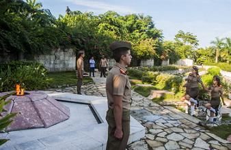 20141017030102-cambio-de-guardia-mausoleo-frente-las-villas.jpg